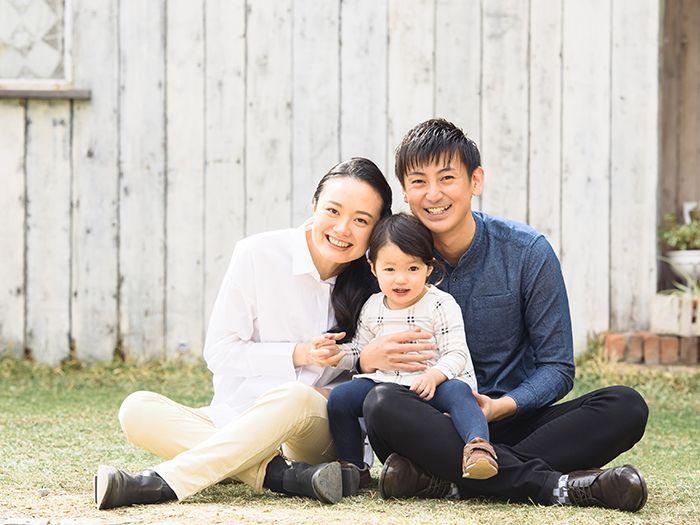 芝生に腰をおろす家族