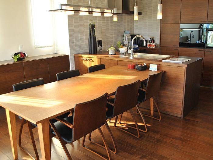 木目調のリビングとキッチン