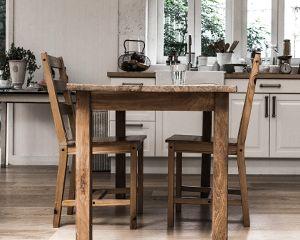 アンティークな雰囲気のリビングテーブル