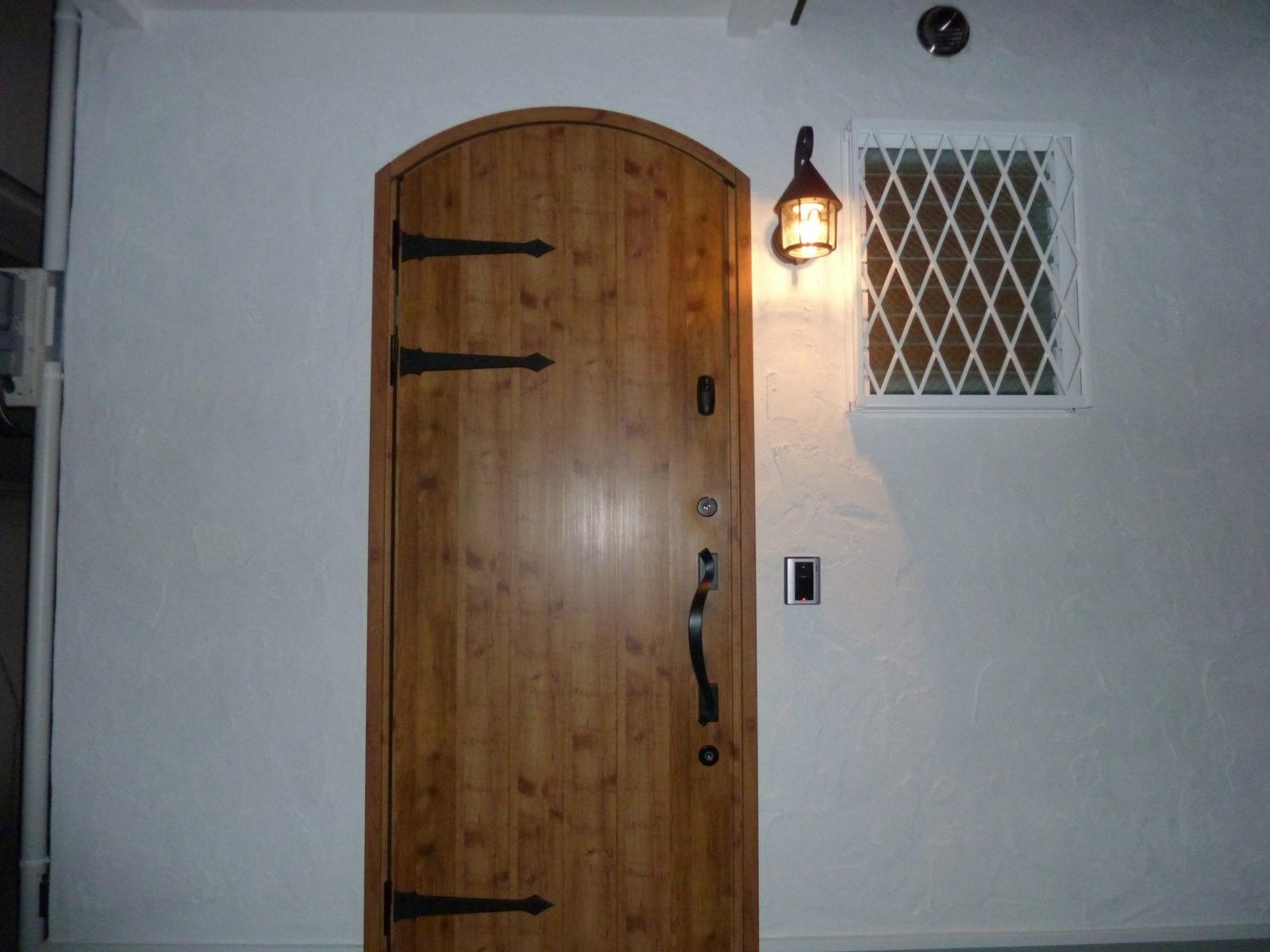 まるで童話のような玄関扉