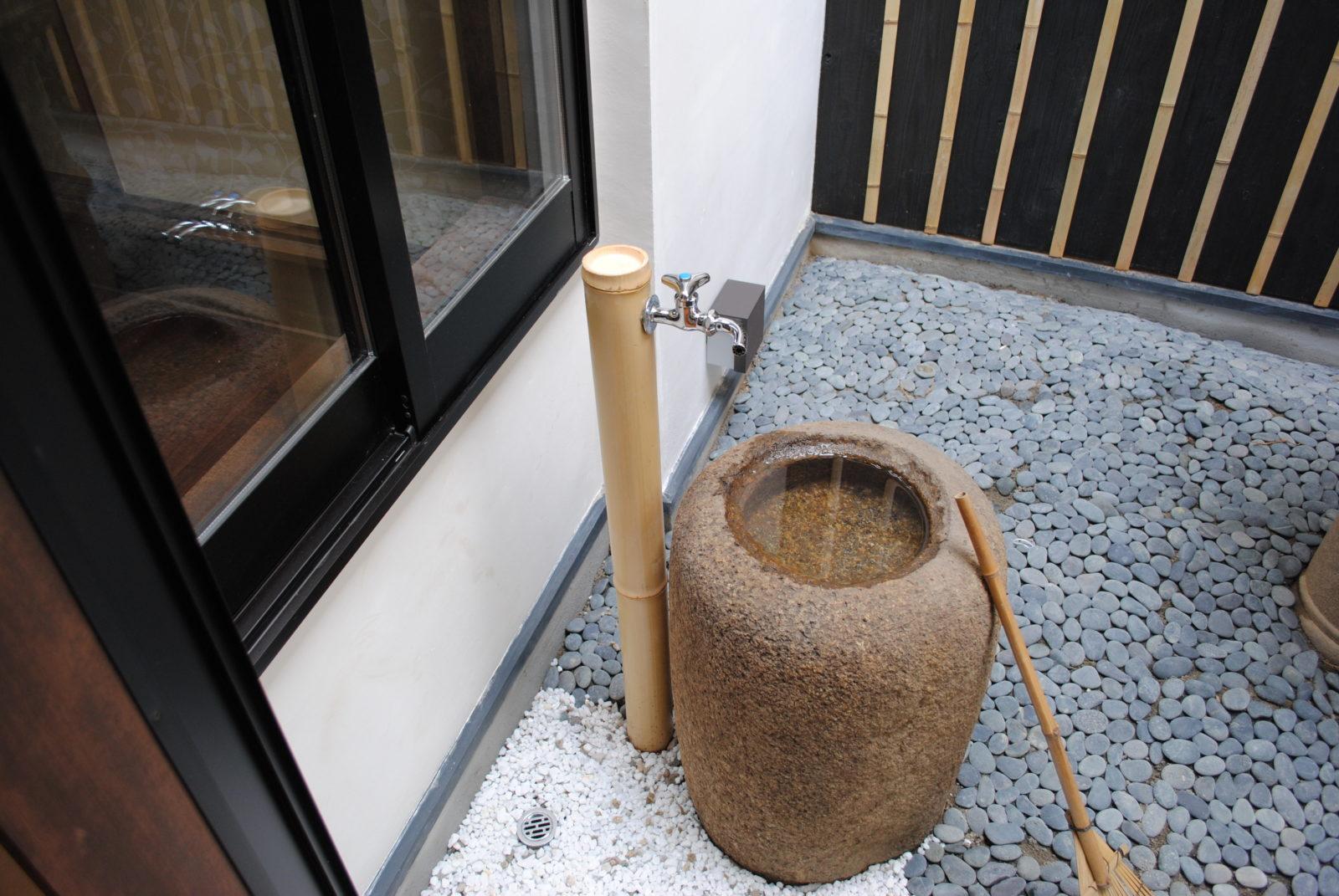 中庭の水桶