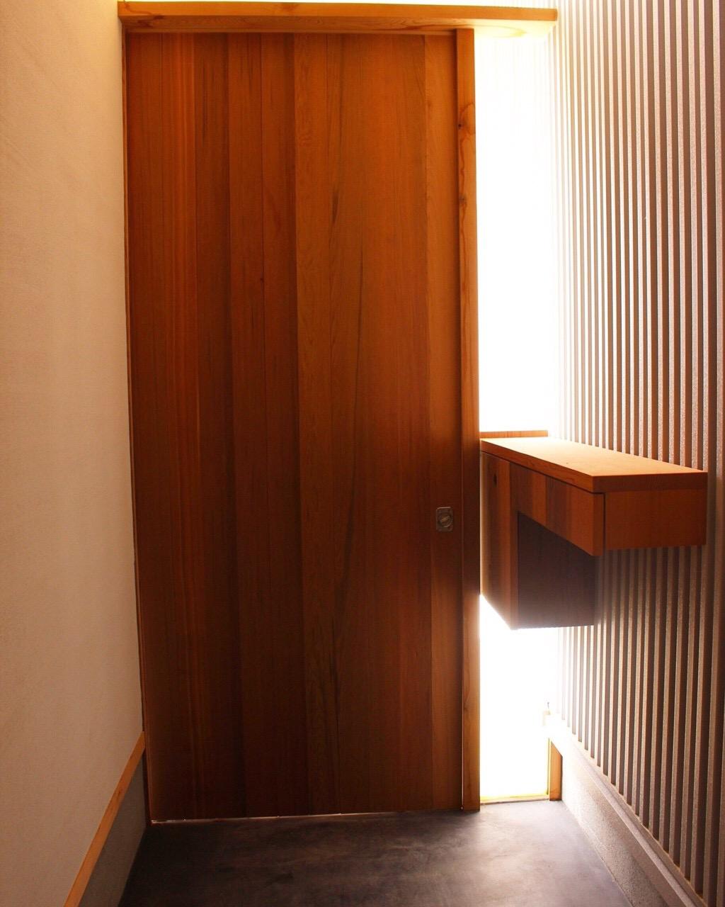 木漏れ日の玄関